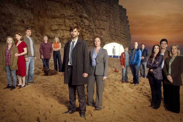 Detektywi (Olivia Colman i David Dennant, pośrodku) mają ciężki orzech do zgryzienia. Potencjalnych winnych jest tak wielu...
