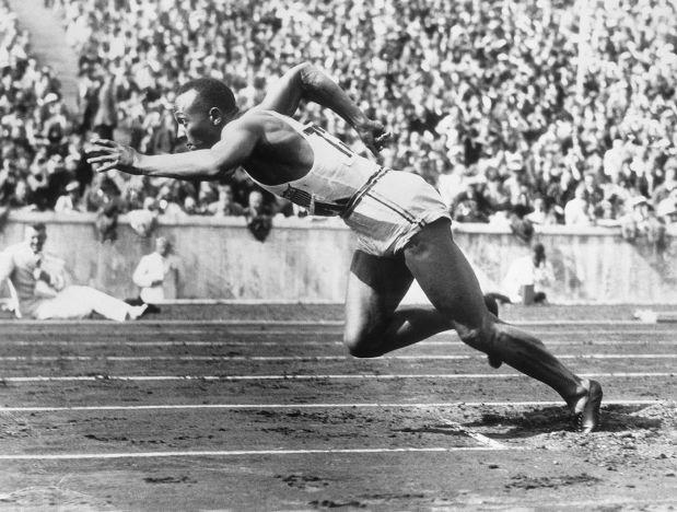 Jessie Owens (1913-1980) - zwycięzca w czterech kategoriach lekkoatletycznych podczas olimpiady w 1936. Kerr opisując jego dokonania daje do zrozumienia, że musiały być one niezłym prztyczkiem w nos dla hitlerowców i ich teorii czystości rasy