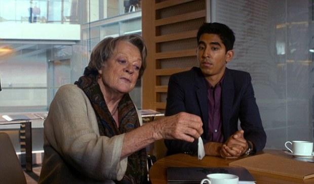 Muriel (Maggie Smith) pokazuje, jak prawidłowo parzyć herbatę. Nie posłuchasz - będą kłopoty.