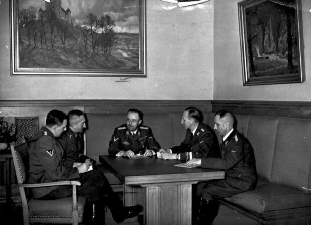 Czy ich powojenne losy tudzież daty śmierci kiedykolwiek zostaną udokumentowane? Heinrich Müller (pierwszy z prawej) podczas narady kierownictwa niemieckiej policji; siedzą od lewej: oficer SS Franz Josef Huber, szef Kripo Arthur Nebe, szef SS i policji Heinrich Himmler i szef RSHA Reinhard Heydrich; listopad 1939 / Fot. Wikipedia