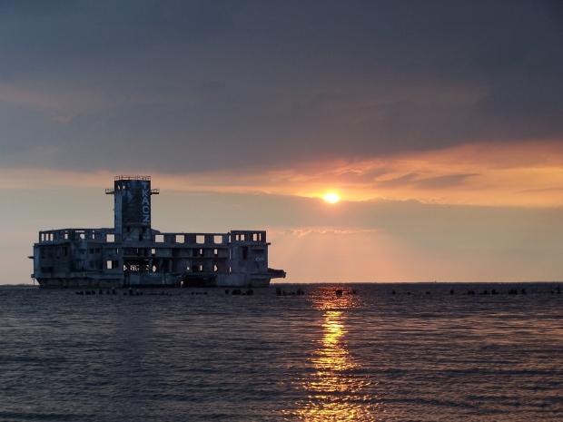 Architektoniczny koszmarek na morzu: stara torpedownia w Gdyni Babich Dołach. W