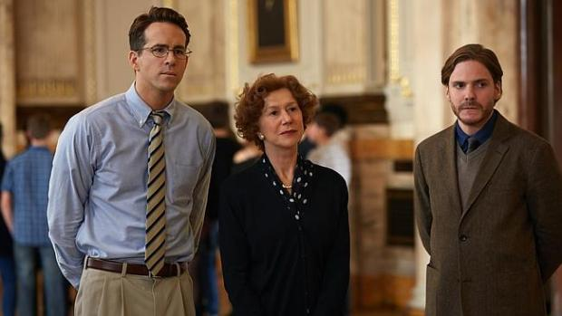 Scenariusz nie okazał się łaskawy dla aktorów. Od lewej stoją: Ryan Reynolds, Helen Mirren i największy przegrany, Daniel Brühl, którego kunszt sprowadzono do funkcji zaczarowanego ołówka.