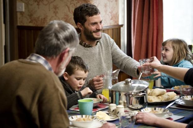 Paul (Jamie Dornan) za dnia jest idealnym mężem, ojcem, zięciem, a nocą – bezlitosnym mordercą / Fot. materiały prasowe