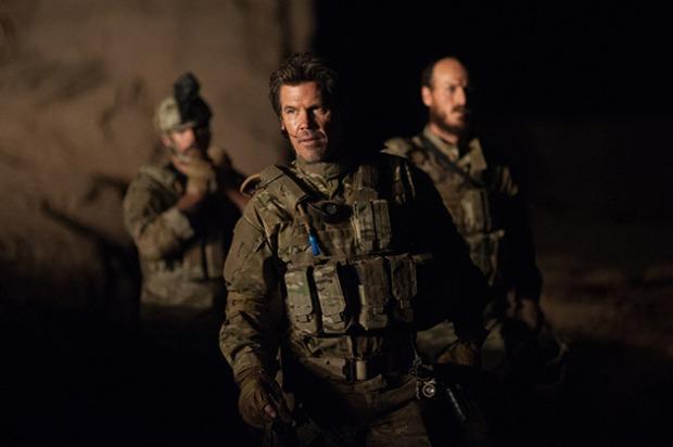 Josh Brolin ze sceny na scenę coraz mocniej kreśli wizerunek oddanego sprawie, bezlitosnego dowódcy.
