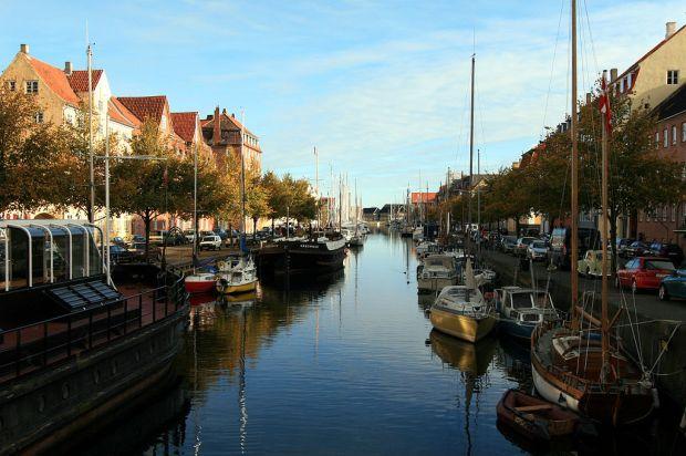 Kopenhaska dzielnica Christianshavn, fragment jednego z kanałów. To właśnie tutaj, na przycumowanej łodzi, pomieszkuje Ravn. Pobyt w