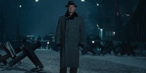 Tom Hanks nie zaskakuje - kunszt, kunszt i jeszcze raz kunszt. Tutaj finałowej scenie na moście Glienicke.