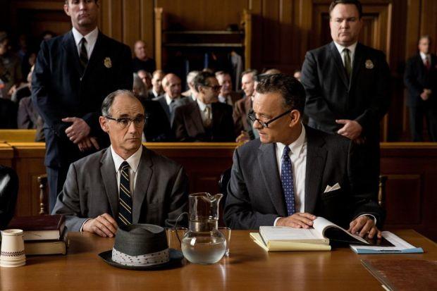 Abel (Mark Rylance) i Donovan (Hanks) - tak pięknej męskiej przyjaźni wbrew regułom dawno w kinie było.