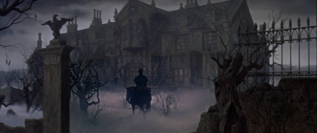"""Kadr z """"Domu Usherów"""" (1960) Rogera Cormana. Podobny anturaż odnajdziemy w """"Mrocznym dziedzictwie"""", z Seatem Leonem zamiast dorożki."""