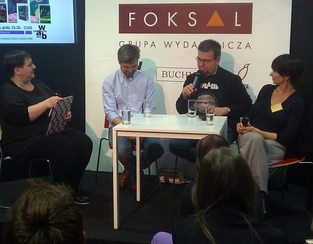 Tomasz Konatkowski (z mikrofonem) na Międzynarodowych targach Książki, Kraków 2015 / Fot. archiwum RnT